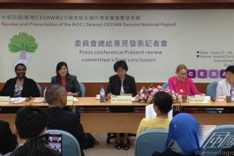 「消除對婦女一切形式歧視公約」第2次國家報告審查委員會,26日上午召開記者會發布總結意見與建議,其中指出,台灣應修訂民法,賦予法律承認家庭的多元組成。(王立柔攝)