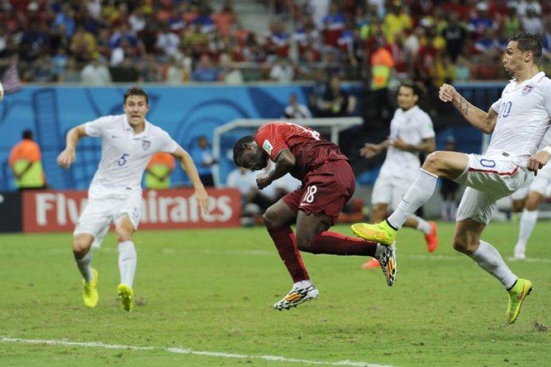 世界杯足球賽轉播風波越演越烈,自27日0時起,年代將看不到世足賽轉播。(美聯社)