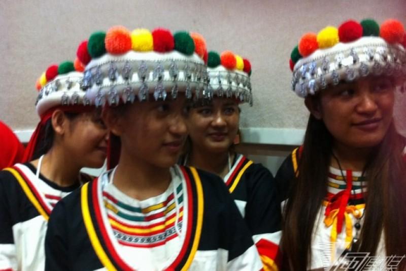 卡那卡那富族少女的頭飾和拉阿魯哇明顯不同,帽子上的裝飾比較華麗豐富(何孟奎攝)