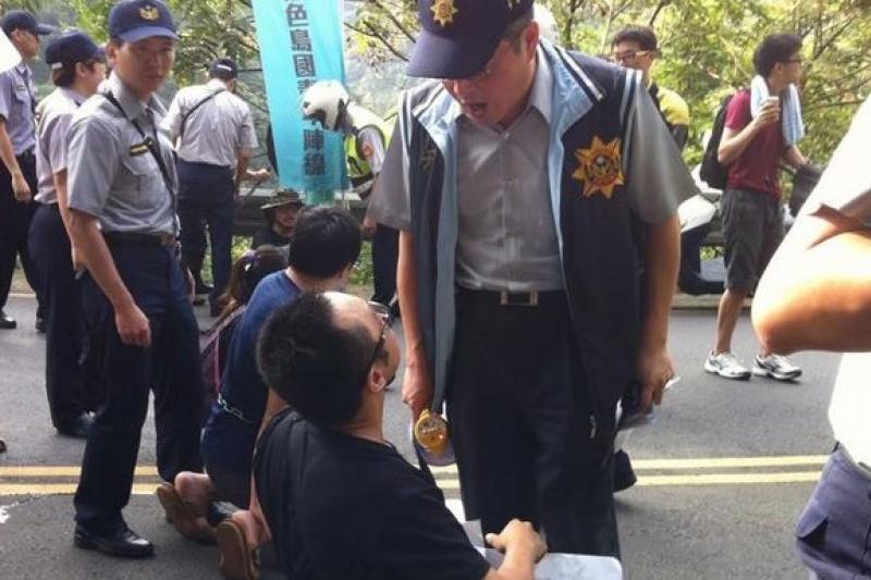 黑島青在烏來山區阻擋張志軍,被警方攔阻。(取自黑島青臉書)