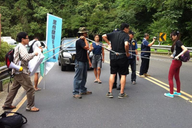 黑島青在烏來攔阻張志軍,遭警方逮捕。(取自黑島青臉書)