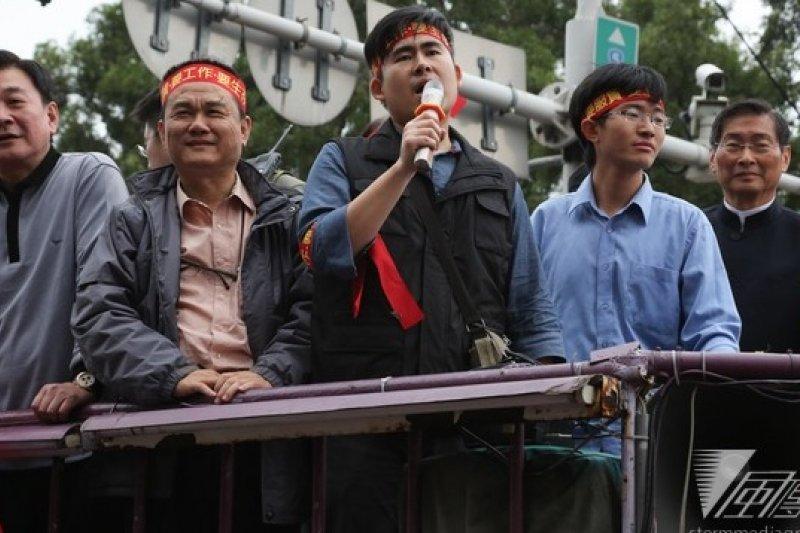 與白狼張安樂(右一)嗆聲太陽花學運一夕爆紅的王炳忠(左三),確定代表新黨參選台北市議員。(資料照片,余志偉攝)