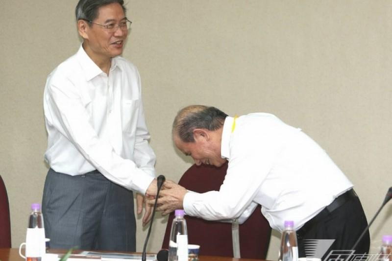 中國國台辦主任張志軍到義守大學座談,該校創辦人林義守(右)頻頻為台商發聲。(吳逸驊攝)