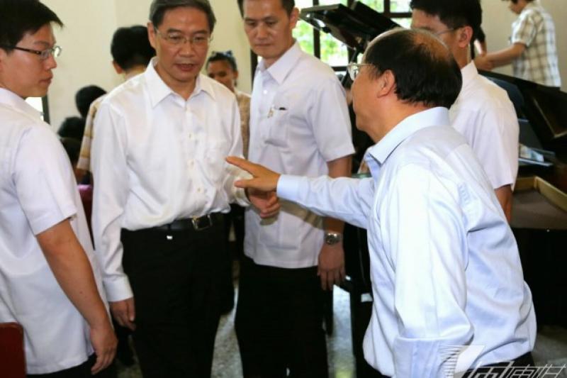 中國國台辦主任張志軍訪台最後1天取消部分參訪行程,但仍到台中惠明盲校與台中市長胡志強進行晤談。(余志偉攝)