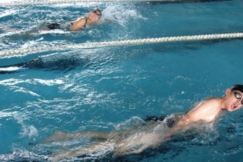 炎炎夏日快樂戲水,別忘選擇合格的泳池。(取自內湖運動中心網站)