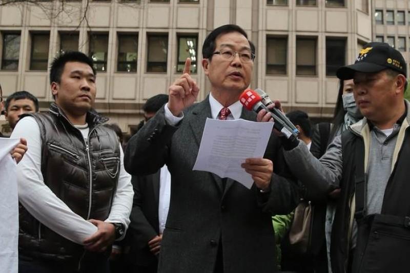 李朝卿於3月10日率支持者赴內政部抗議,爭取復職,南投縣議員林昆熠表支持。(吳逸驊攝)