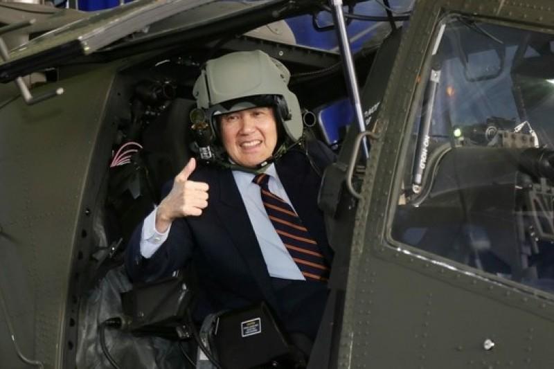 中科院研發的「雲峰」中程飛彈及新型防空系統「勁弩專案」進程都在關鍵階段,國防部希望爭取更多預算投入。圖為去年12月馬英九總統出席陸軍阿帕契直升機接機典禮。(取自總統府官網)