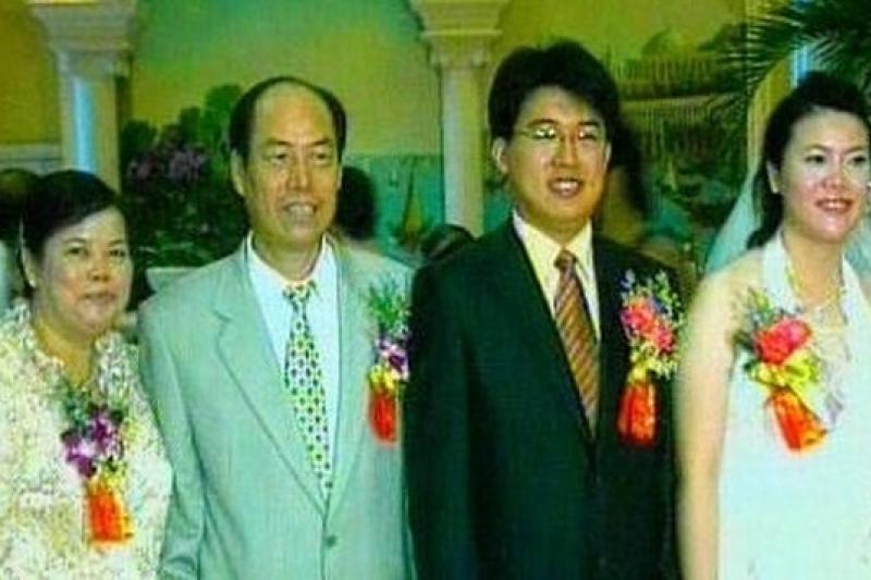 2007年因股價大漲,碧桂園創辦人楊國強的二女兒楊惠妍,年僅25歲即成為中國首富。圖左為楊國強夫婦,右為楊惠妍夫婦。(取自阿里巴巴資訊)