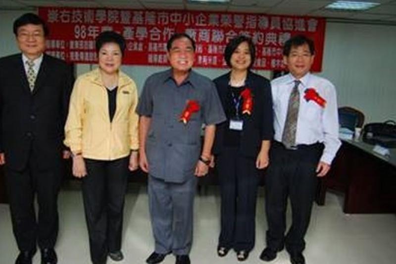 張芳麗(左二)受張榮發鼓勵參選基隆市長,將積極尋求基隆市長張通榮(左三)和地方的支持。(取自教育部區域產學中心網站)