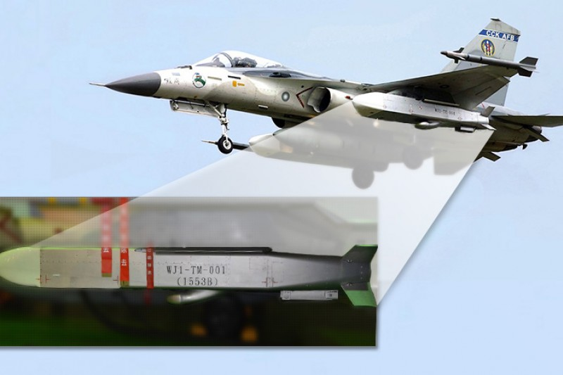 IDF戰機掛載「萬劍彈」後,在海峽中線以東即可攻擊中國東南沿岸的機場跑道等軍事目標,但萬劍彈的量產數量卻被大砍2/3。(取自維基百科:O8447攝、讀者提供/影像合成:風傳媒)