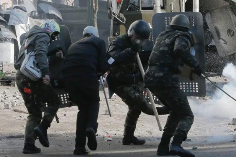 烏克蘭首都基輔獨立廣場2月18日爆發嚴重衝突,鎮暴警察與示威者全面開戰。(美聯社)