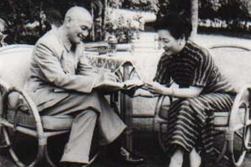 蔣介石支持兒子蔣經國打貪,唯不敵孔宋家族(照片為蔣氏伉儷,取自維基百科)