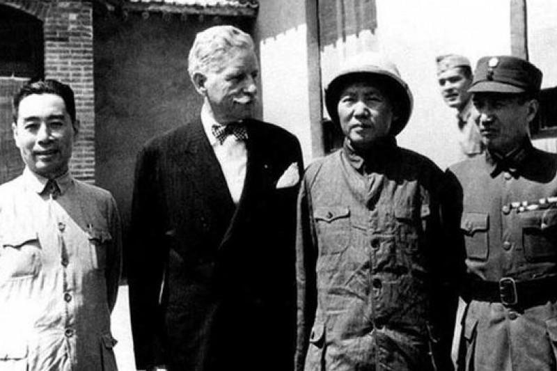 毛澤東(左三)赴重慶談判前在延安的留影,左二為居中穿梭的赫爾利(取自人民網)