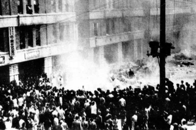 聚集在台灣省專賣局台北分局門口的群眾,時間為1947年2月28日(取自維基百科)