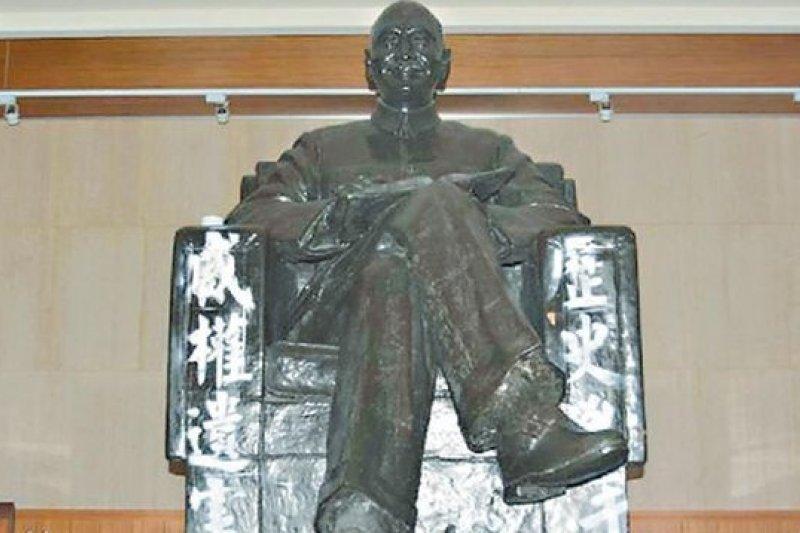 政大圖書館內蔣介石銅像在228遭潑漆(取自PNN公視新聞議題中心臉書)
