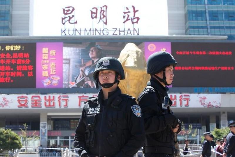 雲南昆明火車站1日晚間發生恐怖攻擊慘案,造成28人死亡,當局指稱是疆獨組織犯案。(美聯社)