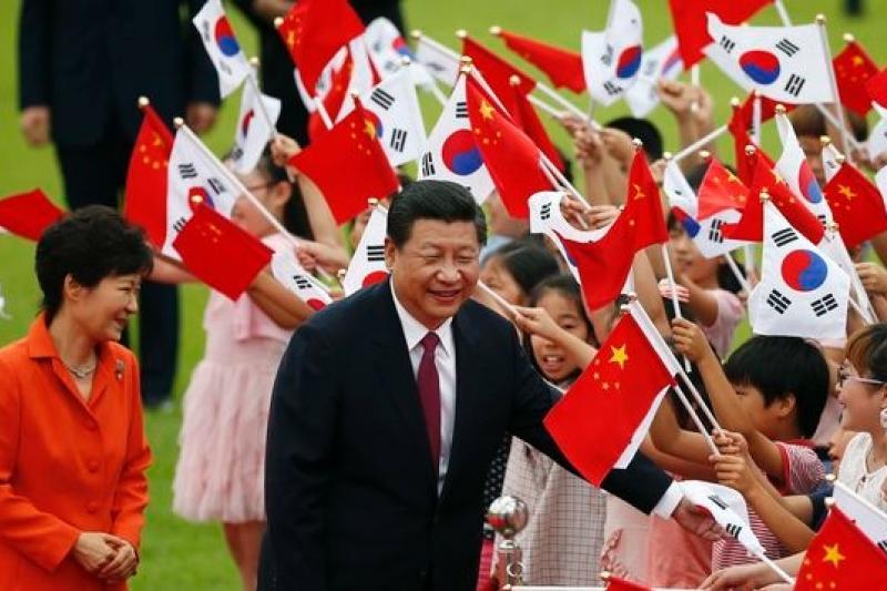 中國領導人習近平3日抵達首爾,南韓總統朴槿惠熱忱接待。(美聯社)