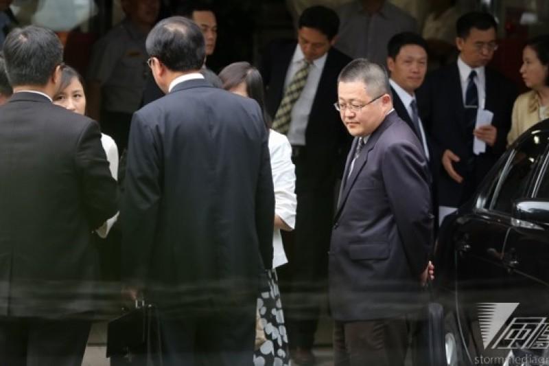 立委賴士葆辦公室發公函,要求金管會副主委黃天牧,以及4家銀行的總經理,出席7月3日為中資香港恆瑞國際(HENGRUI)公司與台灣的銀行下單購買TRF的協調會。(余志偉攝)
