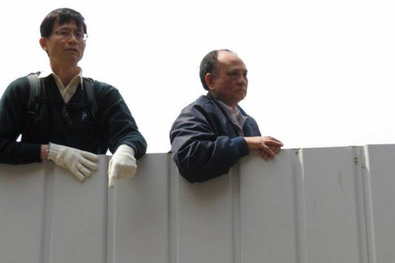 文林苑王家成員主動拆除組合屋後,律師詹順貴等支持王家者趕到現場。(取自Kuo Sh臉書)