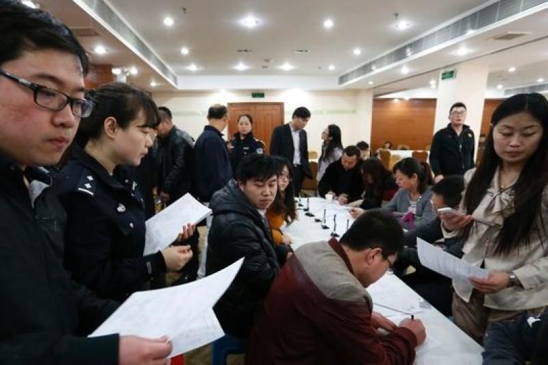 馬航事件發生,中國乘客音訊渺茫,中國媒體卻無法提供第一手消息。(取自美聯社)