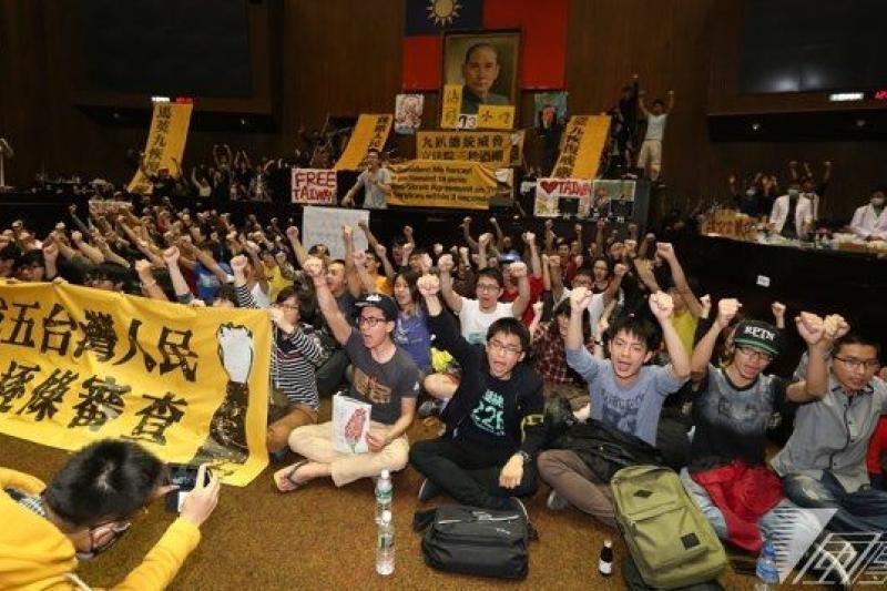 台灣青年佔領立法院大聲說出反服貿,看在香港青年眼中百感交集。(余志偉攝)
