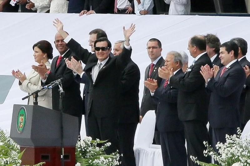 巴拿馬總統就職典禮上向全場嘉賓介紹我國元首馬總統。(取自總統府網站)