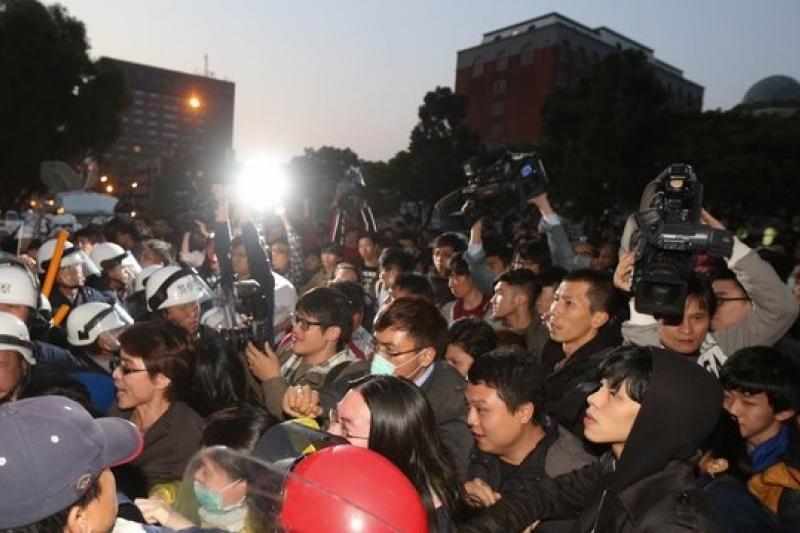 當康乃馨碰上太陽花時,不知道到底會發生什麼事,但千萬別讓台灣淪入公民對抗的惡局中。(余志偉攝)