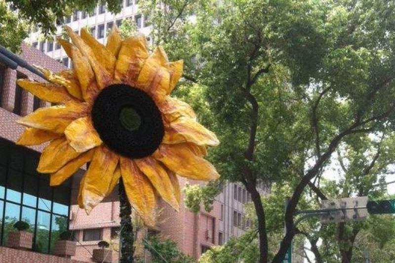 太陽花學運佔領立法院12天,還找不出進退之道,然而,擴大戰場的代價是全民共同承受。( 顏振凱攝)