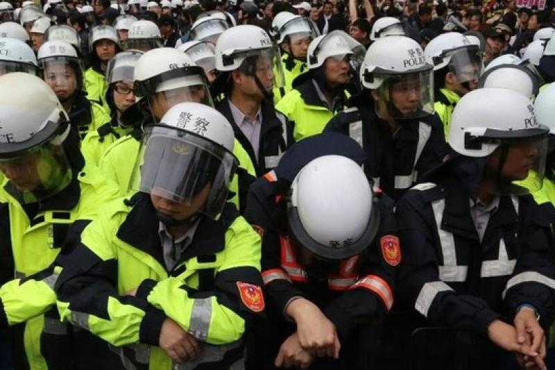 佔領立法院14天,立法院外反服貿與反反服貿互嗆,區隔叫陣雙方的員警也露出疲態,而台灣的民主也疲憊了嗎?(余志偉攝)