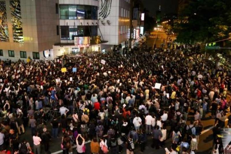 學生佔領立法院活動結束後,群眾又以「路過」名義包圍中正一分局。(余志偉攝)