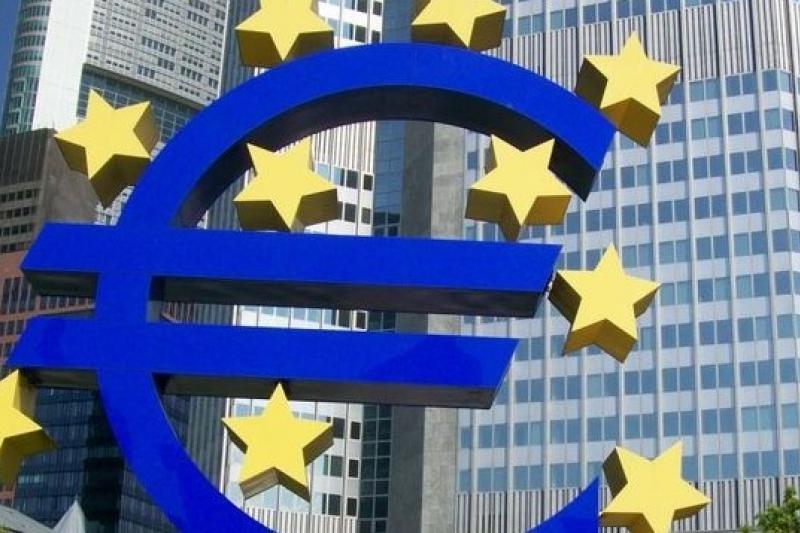 歐豬國家順利發債顯示歐元區經濟情勢好轉,但歐洲央行有意祭出QE,卻又顯示其經濟仍疲弱、風險仍高。(美聯社)