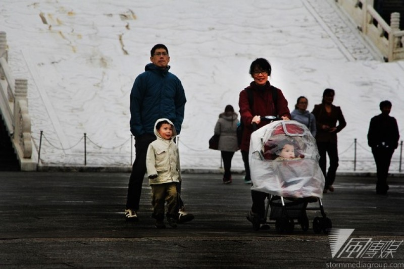 育兒負擔沈重,愈來愈多年輕人不敢生小孩。(葉信菉攝)