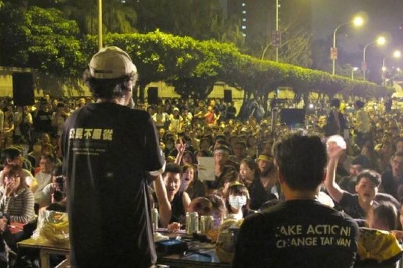 太陽花學運結束後,419民眾把大腸花論壇搬到凱道前舉行。(取自BBC中文網,林楠森攝)