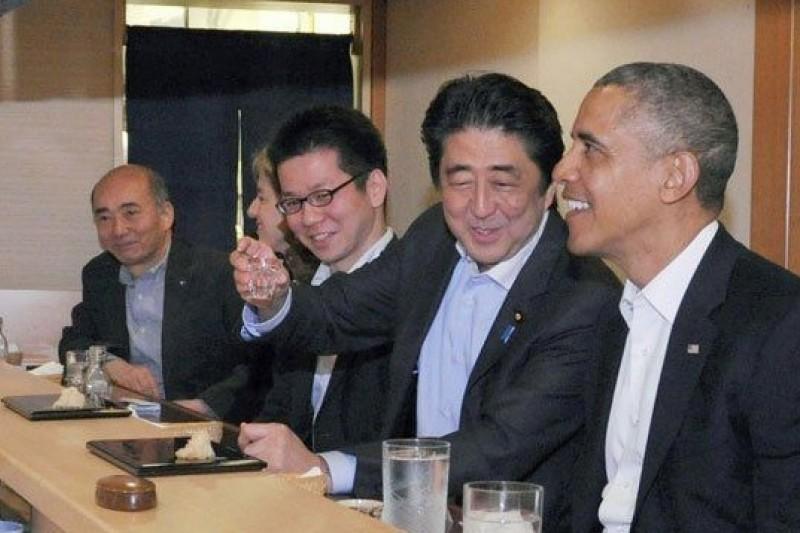4月23日,安倍晉三帶著歐巴馬來到位於銀座的數寄屋橋次郎壽司店享用晚餐。(東方IC供圖。取自騰訊大家網)