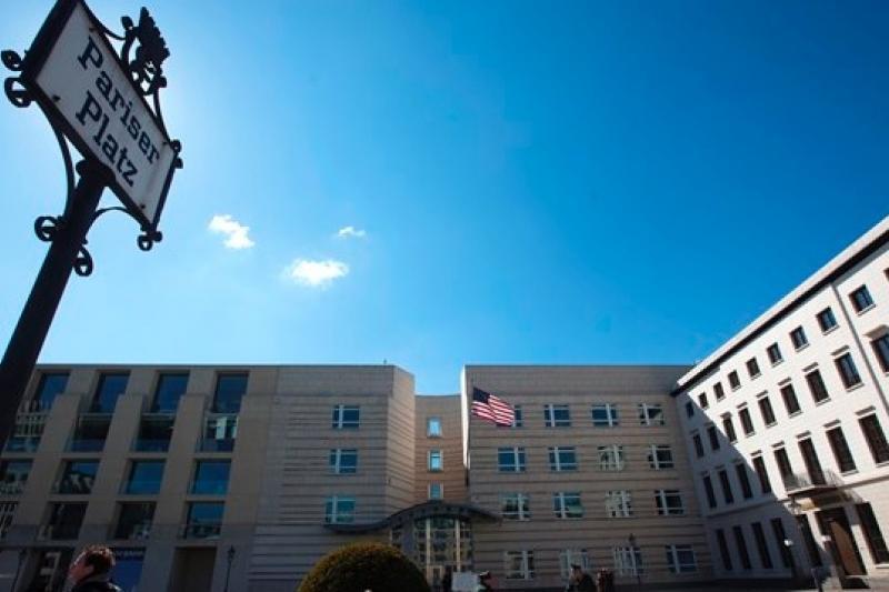 駐柏林的美國大使館,正在努力挽回德美互信關係(美聯社)