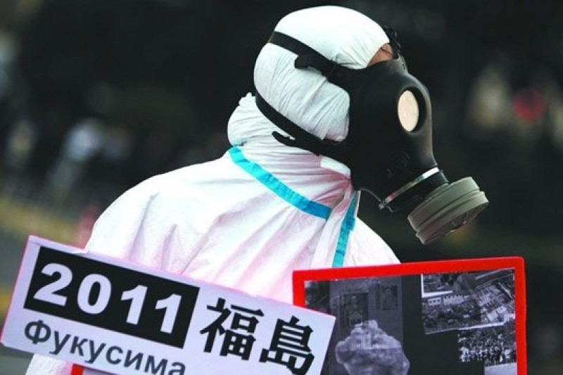 日本福島核災兩週年時,日本民眾上街頭。(取自騰訊大家網)