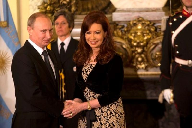俄國總統普京(左)與阿根廷總統費南德斯(Cristina Fernandez de Kirchner)(右)於12日合影(美聯社)
