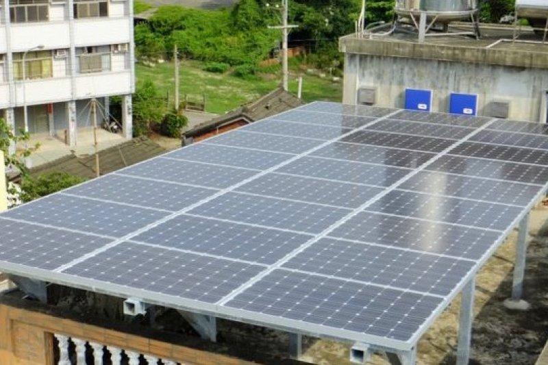 政府該鼓勵民眾多「種電」,否則5年以來還是喊「緩不濟急」。圖為屋頂太陽能發電板。(取自太陽能發電推廣網)