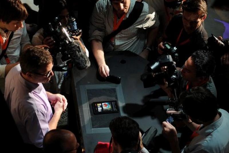 亞馬遜員工在新聞發布會後,向記者展示Kindle Fire。(天下文化提供)