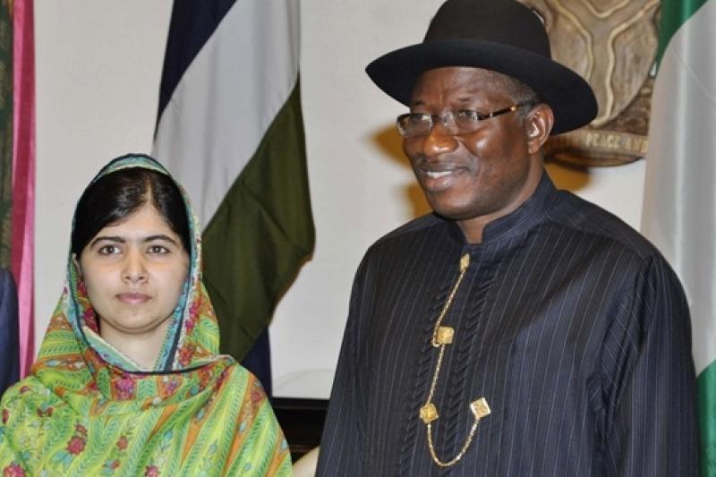 巴基斯坦裔女權運動健將瑪拉拉(左)14日與奈及利亞總統喬納森見面(美聯社)