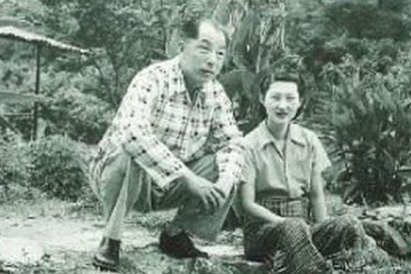 清泉幽禁期間的張學良、趙一萩夫婦。(檔案照片,取自網路)