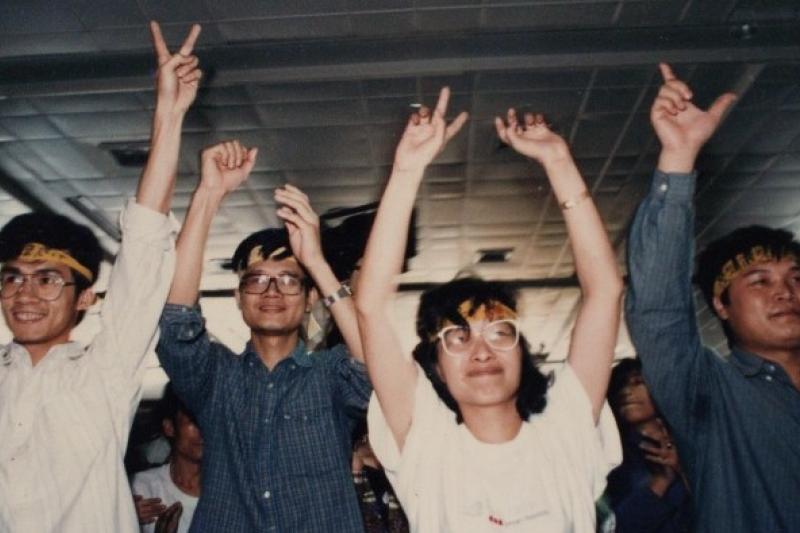 1991年發生的「獨台會案」,調查局以「意圖判亂」罪名逮捕廖偉程、陳正然、王秀惠、林銀福及安正光等人,圖為他們獲得交保釋放時的情形。(取自flyingV網站《末代叛亂犯》拍攝募資計畫,照片提供:謝三泰)