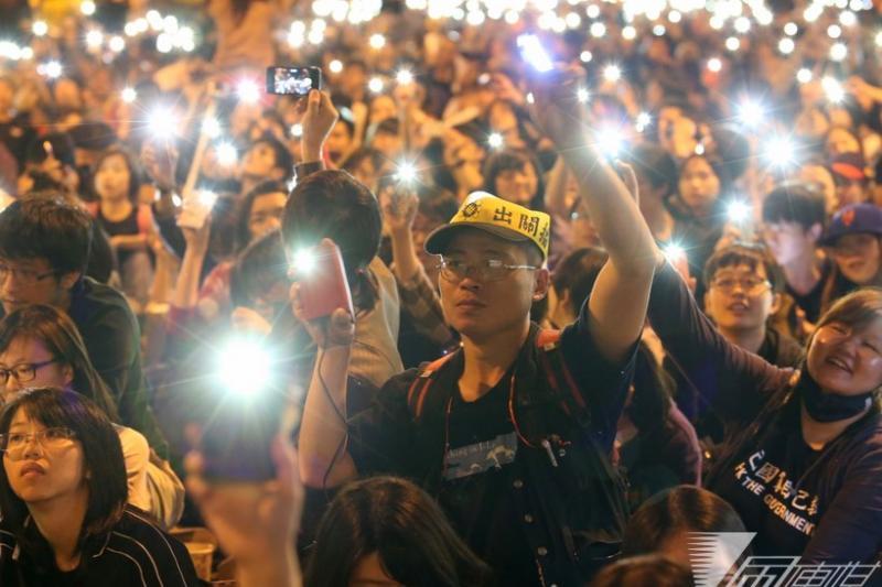 太陽花學運落幕並提出「公民憲政會議」主張,多個民間團體發起新憲運動,推動下修修憲門檻的目標。(資料照,余志偉攝)