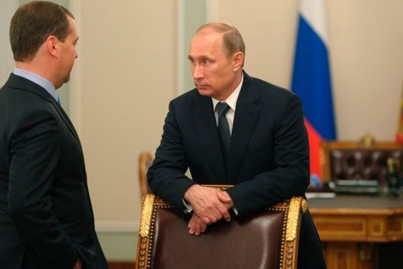 馬航空難之後,俄羅斯總統普京(右)與總理梅德維捷夫商議因應對策。(美聯社)