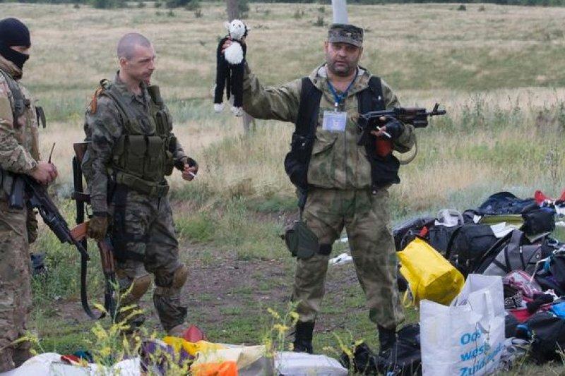 搜索墜機現場的烏克蘭親俄羅斯叛軍(美聯社)