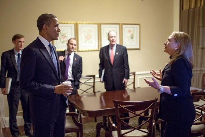 希拉蕊(右)與歐巴馬(左)化敵為友,加入歐巴馬團隊,擔任國務卿4年之久。(《商業周刊》提供)