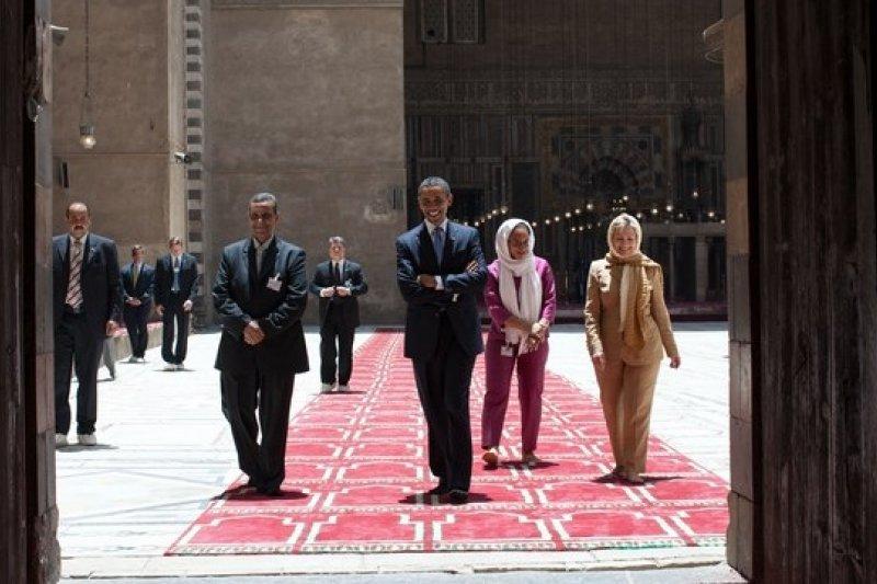 希拉蕊與歐巴馬一起參訪埃及的清真寺。(《商業周刊》提供)