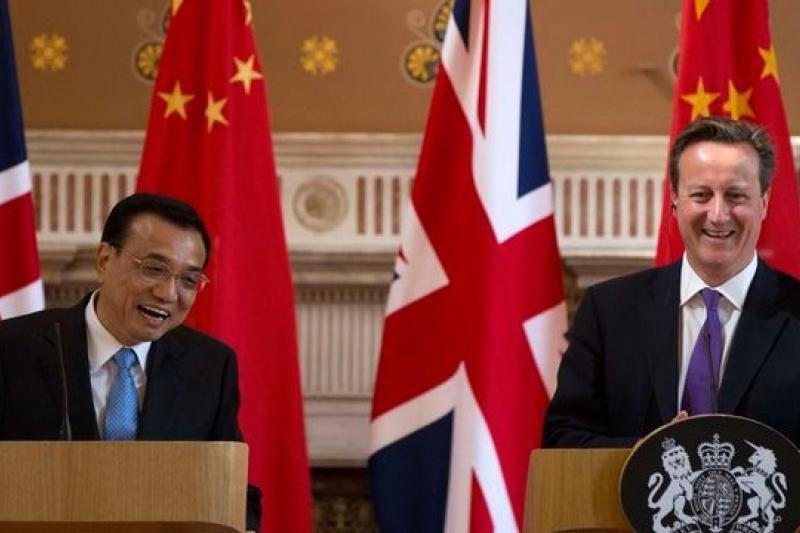 財政貨幣政策紛紛出台,中國重回增長老路,讓中國總理李克強(左)訪英時可表示:中國政府保證經濟成長率在7.5%以上。(美聯社)