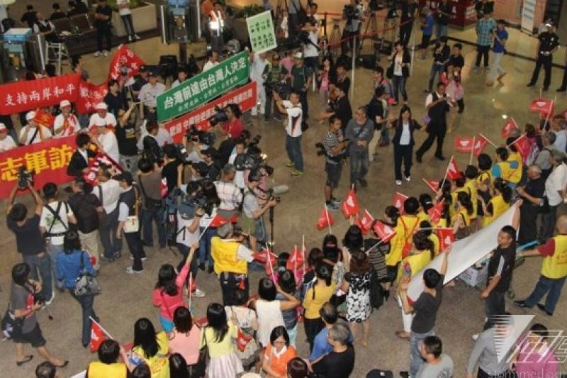 國台辦主任張志軍訪台,桃園機場抗議與迎接兩方群眾對峙。(葉信菉攝)