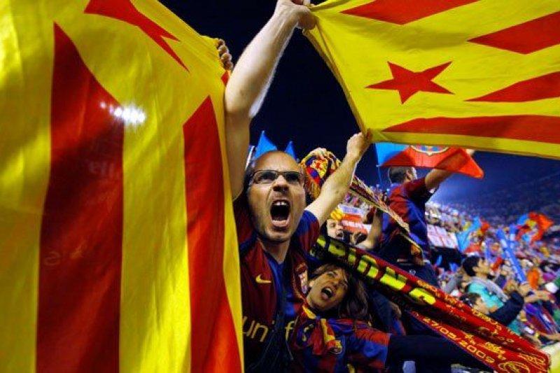諾坎普球場,部分巴薩球迷在揮舞加泰羅尼亞區旗。(資料照,騰訊大家網)